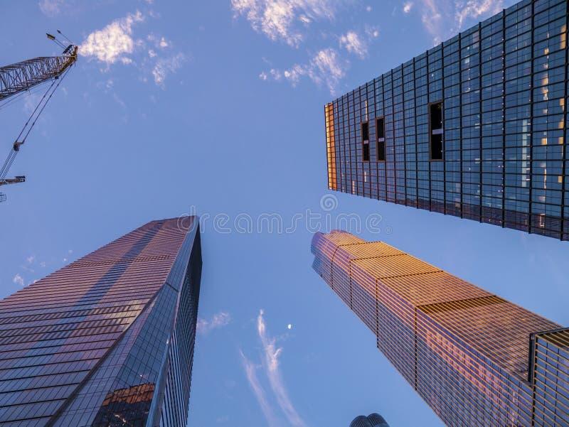 Hudson Yards Wolkenkratzer in gutem sonnigen, blauen Himmeltag lizenzfreies stockbild