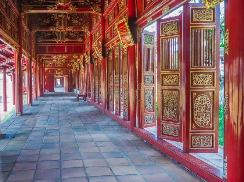 Hue Palace Hallway van Rode Deuren stock afbeelding