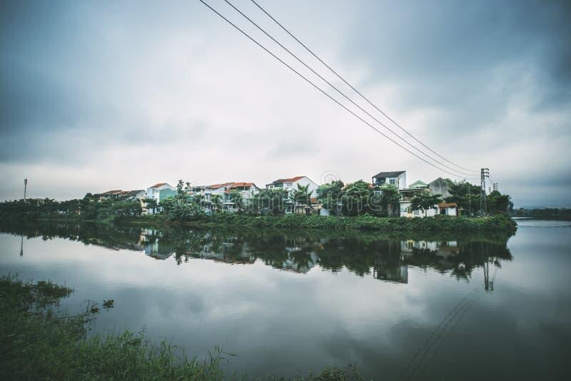 Hue, Vietnam Étang dans la ville de centre de la ville au fond Manoirs de deux ?tages sur le lac Nuages refl?t?s dans l'eau photo libre de droits