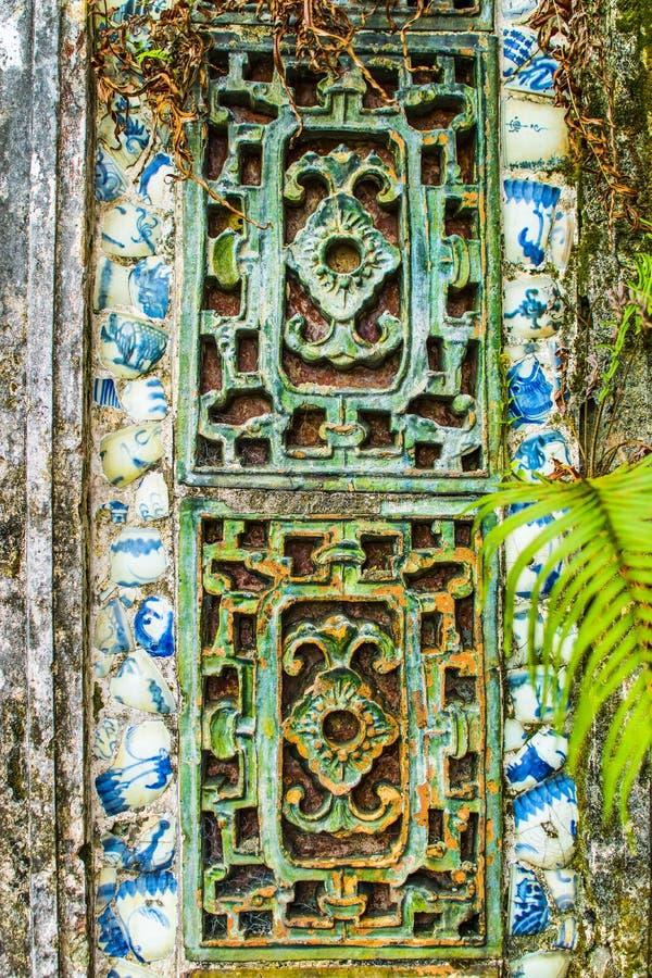 HUE, VIETNAM, le 28 avril 2018 : Fragment d'un vieux mur avec un élément décoratif antique vietnam photo stock