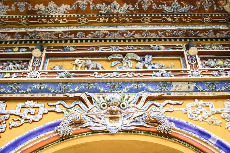 HUE, VIETNAM, le 28 avril 2018 : Fragment d'un vieux mur avec un élément décoratif antique vietnam photographie stock