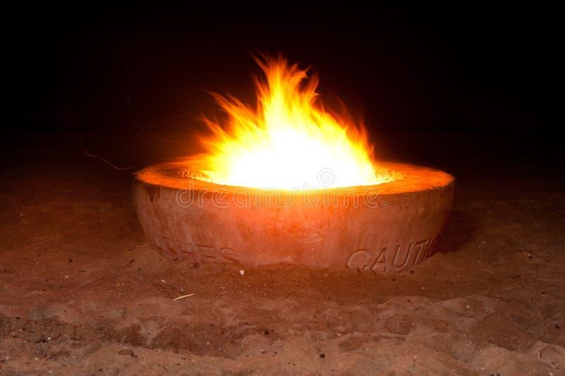 Hueco del fuego en la noche fotografía de archivo libre de regalías
