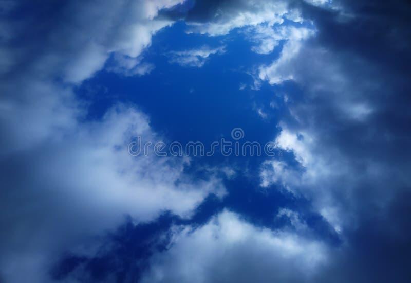 Hueco dramático en el fondo blanco de las nubes imagen de archivo libre de regalías