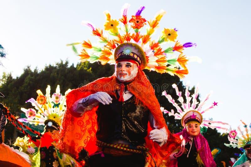 Huehues Meksyk, Karnawałowa scena, tancerz jest ubranym tradycyjnego meksykańskiego ludowego kostium i maski bogactwo w kolorze, obraz royalty free