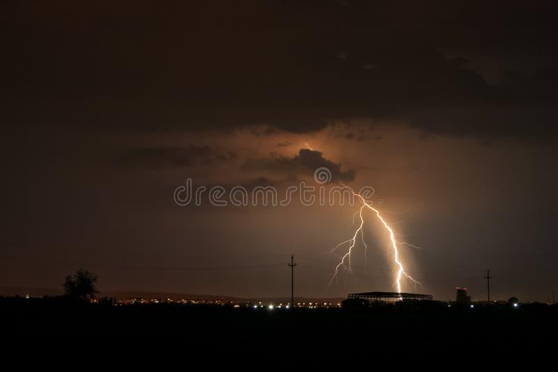 Huelgas ramificadas del rayo en la ciudad de Tirgu Mures, Rumania durante una tempestad de truenos activa de la primavera fotos de archivo libres de regalías