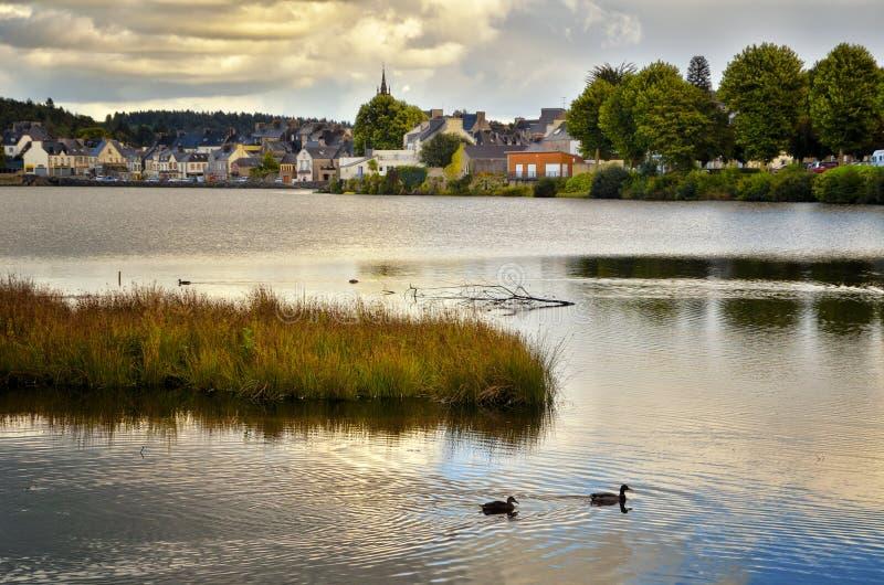 Huelgoat, villaggio adorabile in Bretagna, Francia immagini stock