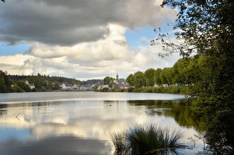 Huelgoat, villaggio adorabile in Bretagna, Francia fotografia stock libera da diritti