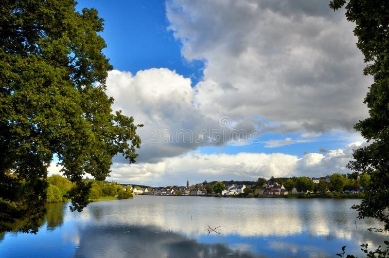 Huelgoat, villaggio adorabile in Bretagna, Francia immagini stock libere da diritti