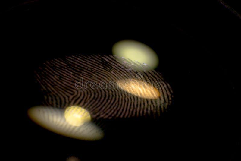 Huella dactilar en el extracto de cristal negro fotografía de archivo