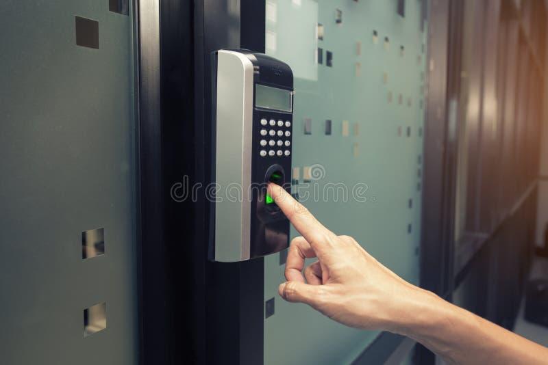 Huella dactilar y control de acceso en un edificio de oficinas imágenes de archivo libres de regalías