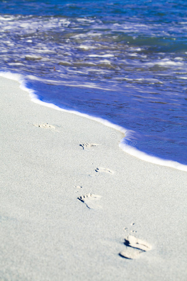 Huellas de la playa de Cuba en la arena del Caribe en varedero fotografía de archivo