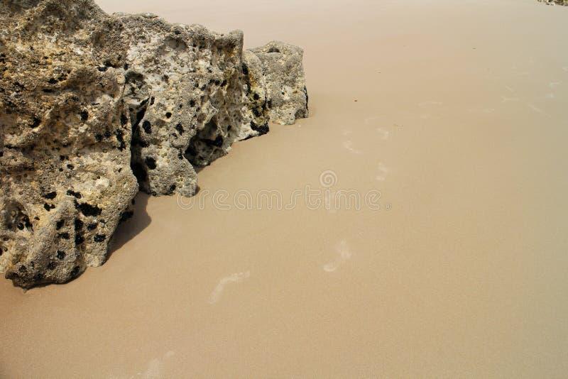 Huellas en arena en la playa en Baleal imagenes de archivo