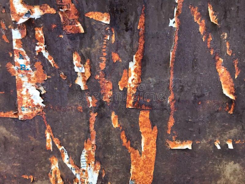 Huellas en la pared de hierro de anuncios antiguos fotografía de archivo