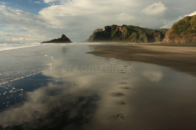 Huellas humanas en la playa de Karekare fotos de archivo