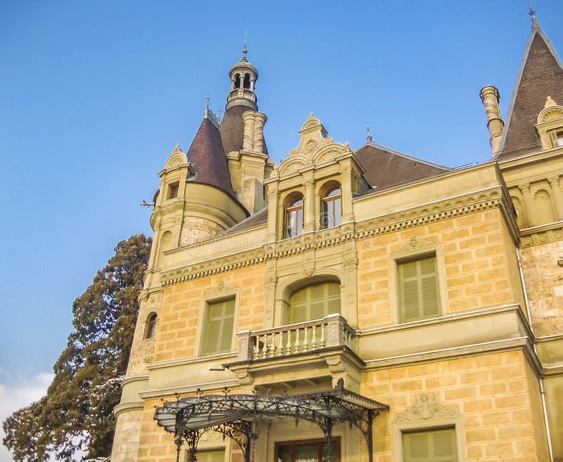 Huenegg城堡在湖图恩,瑞士的冬天 免版税图库摄影