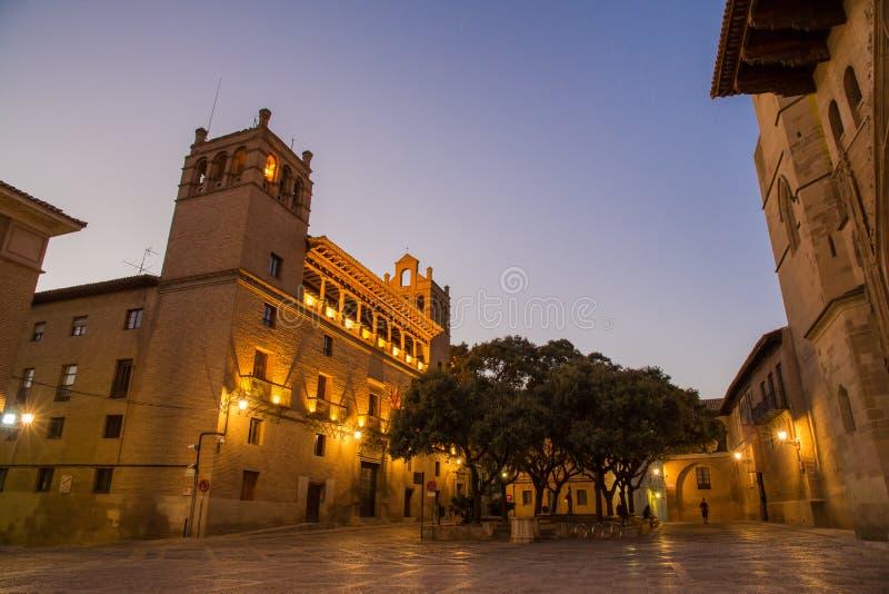 Huesca-Rathaus-Abendbeleuchtung lizenzfreie stockbilder