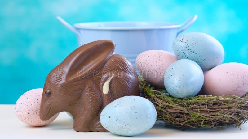 Huevo australiano de Bilby Pascua del chocolate con leche con los huevos en jerarquía imagen de archivo