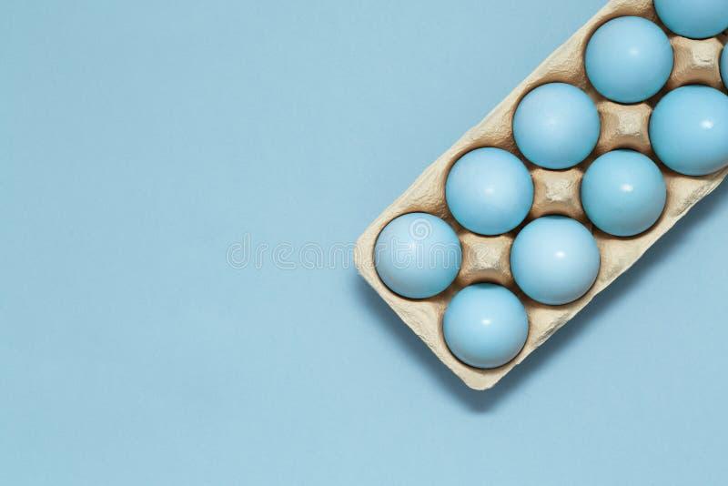 Huevo azul en fondo en colores pastel azul Concepto feliz de Pascua Tema de pascua de la primavera Concepto mínimo fotografía de archivo libre de regalías