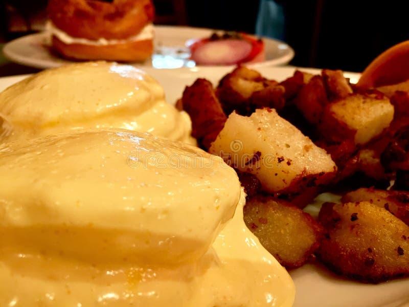 Huevo Benedicto y patatas fotografía de archivo libre de regalías