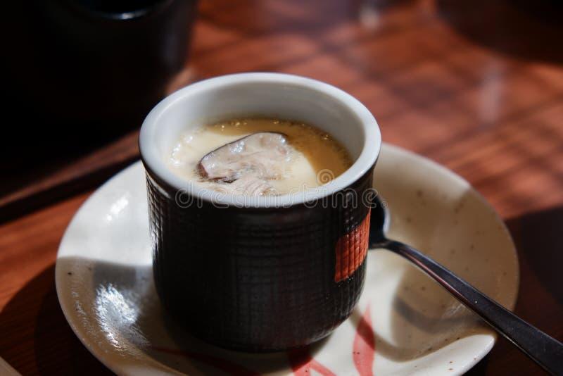 Huevo cocido al vapor con la seta en estilo japonés imagenes de archivo