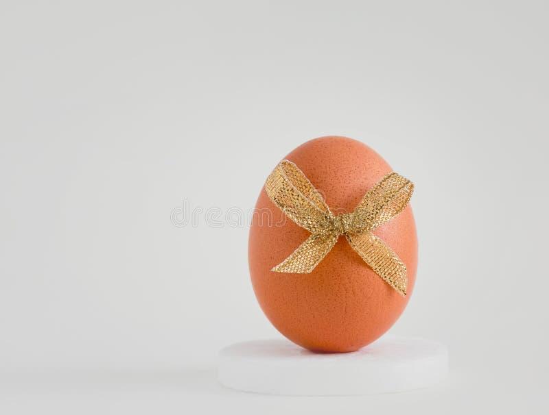 Huevo con una decoraci?n en un fondo blanco fotos de archivo