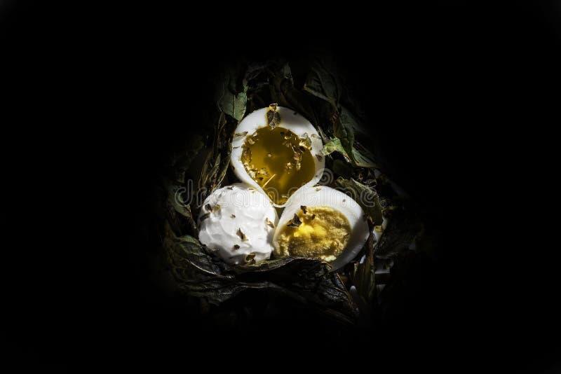 Huevo de codornices con aceite y queso cremoso oiive imagen de archivo
