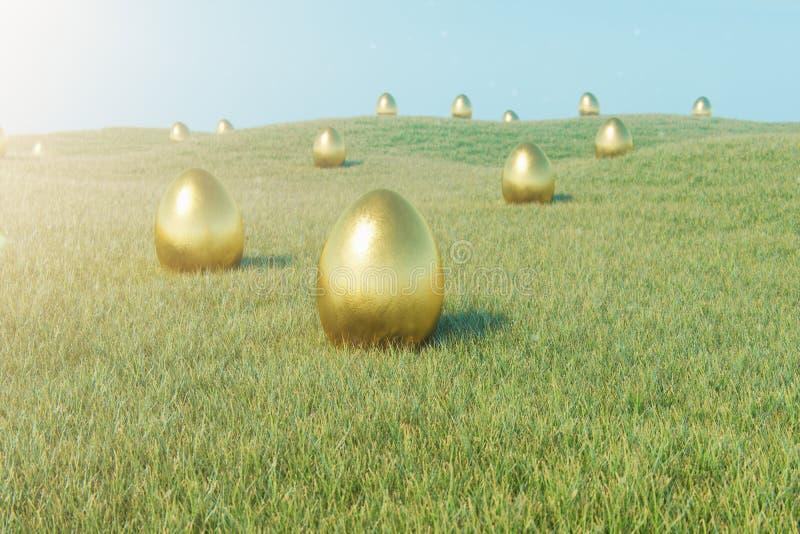 Huevo de lujo del oro en hierba Día de fiesta y símbolo de pascua Días de fiesta de la primavera del concepto Huevos de oro en la foto de archivo