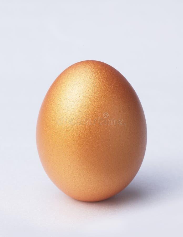 Huevo de oro fotos de archivo