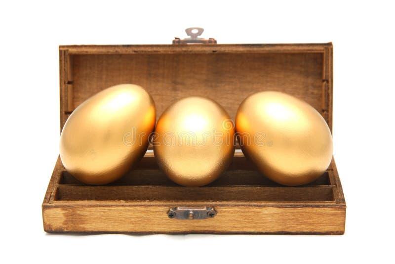 Huevo de oro en la caja imagen de archivo libre de regalías