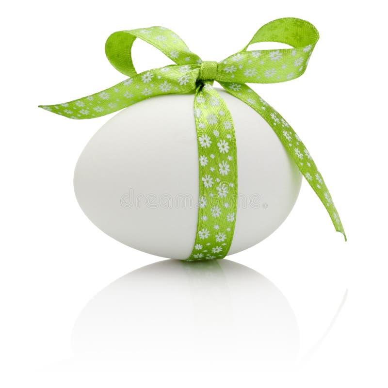 Huevo de Pascua con el arco verde festivo aislado imagenes de archivo