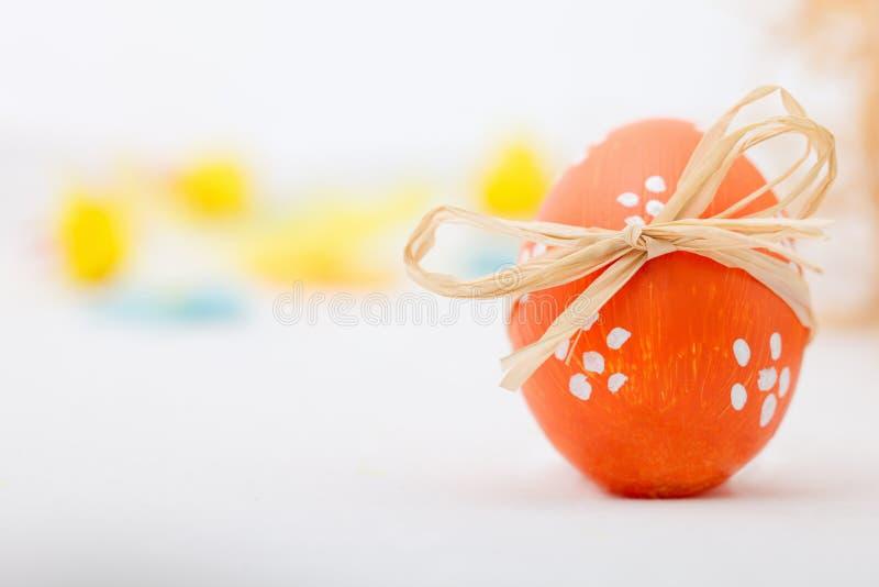 Huevo de Pascua con el arqueamiento foto de archivo libre de regalías