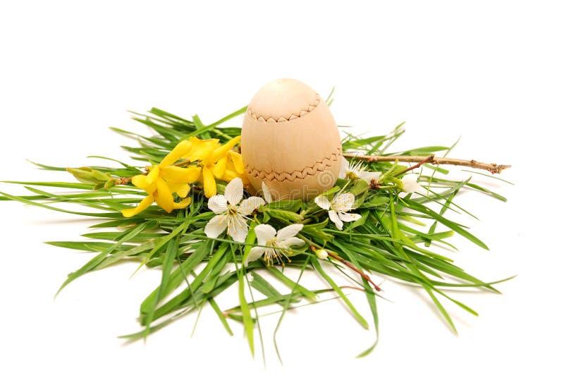 Huevo de Pascua de madera en una jerarquía colorida del resorte fotografía de archivo