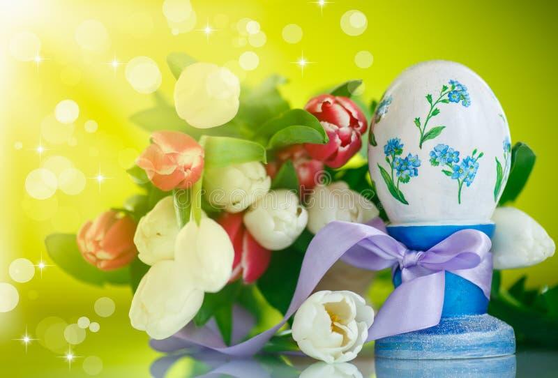 Huevo de Pascua decorativo con un ramo de tulipanes de la primavera imagen de archivo libre de regalías
