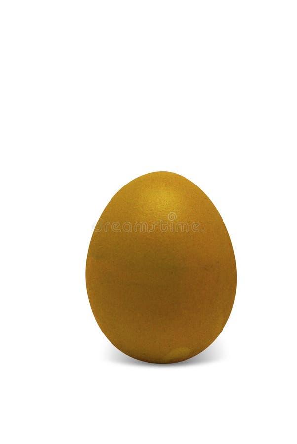 Huevo de Pascua del oro aislado en el fondo blanco imagenes de archivo