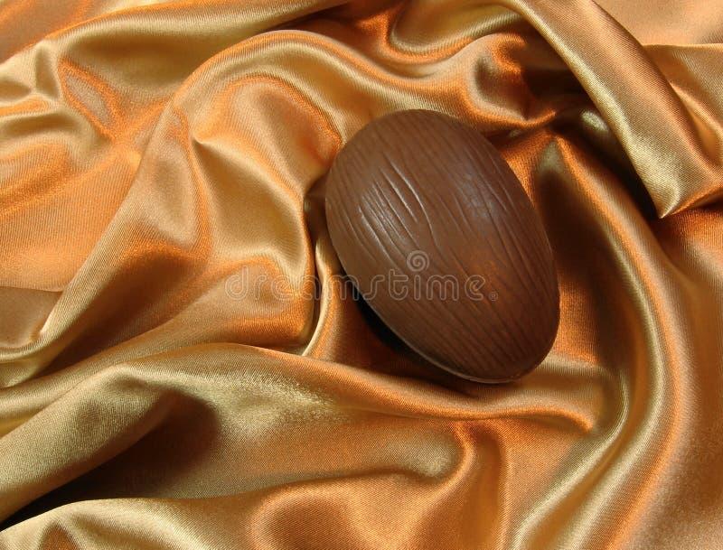 Huevo de Pascua en el satén imagenes de archivo