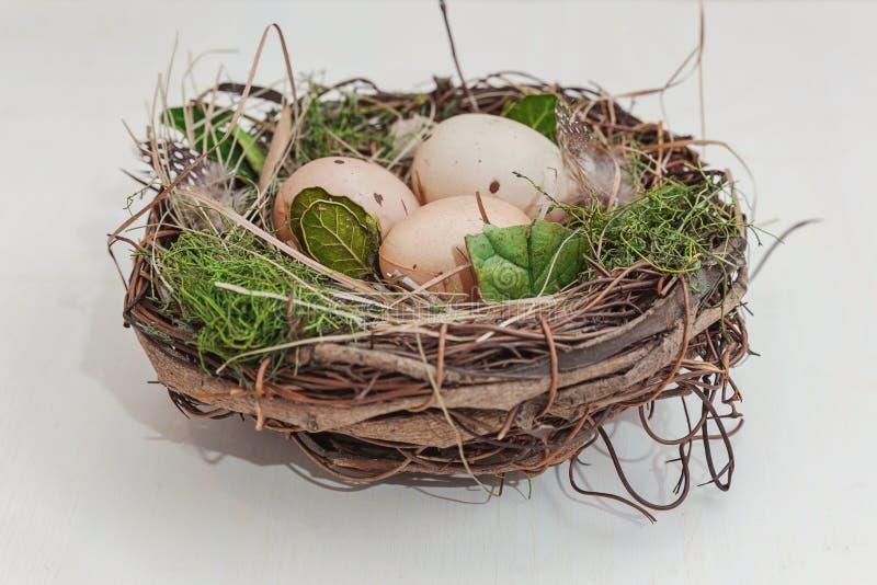 Huevo de Pascua en jerarquía en tablones de madera rústicos fotos de archivo libres de regalías