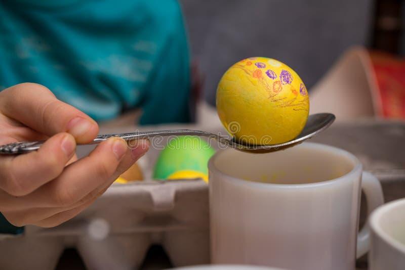 Huevo de Pascua en una cuchara imagenes de archivo