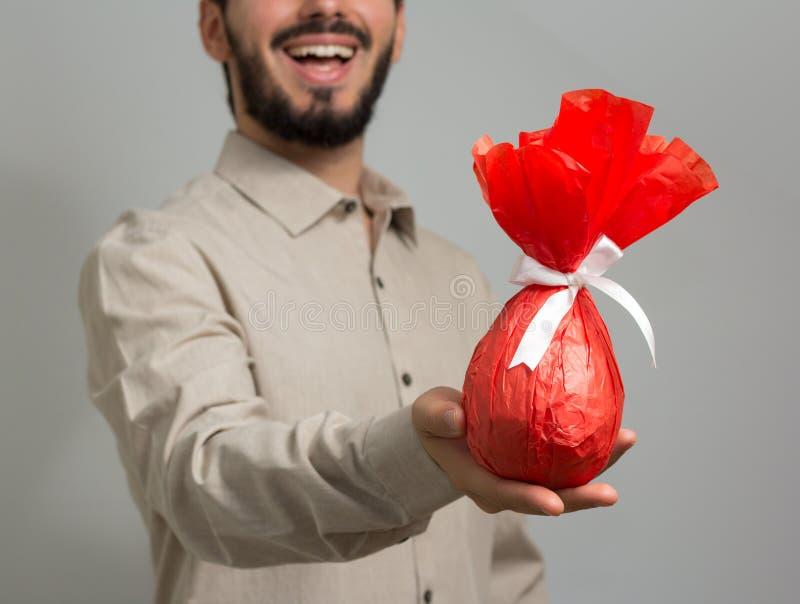 Huevo de Pascua hecho en casa Tradición brasileña para dar los huevos de chocolate imagenes de archivo