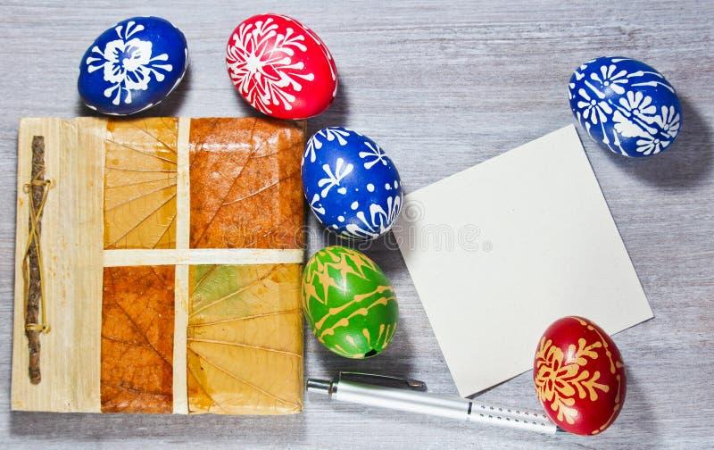 Huevo de Pascua hecho a mano de la tradición con el cojín y el lápiz de la hoja imagen de archivo