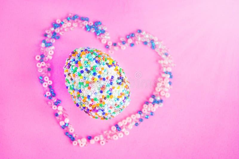 Huevo de Pascua hermoso en el corazón fotografía de archivo libre de regalías