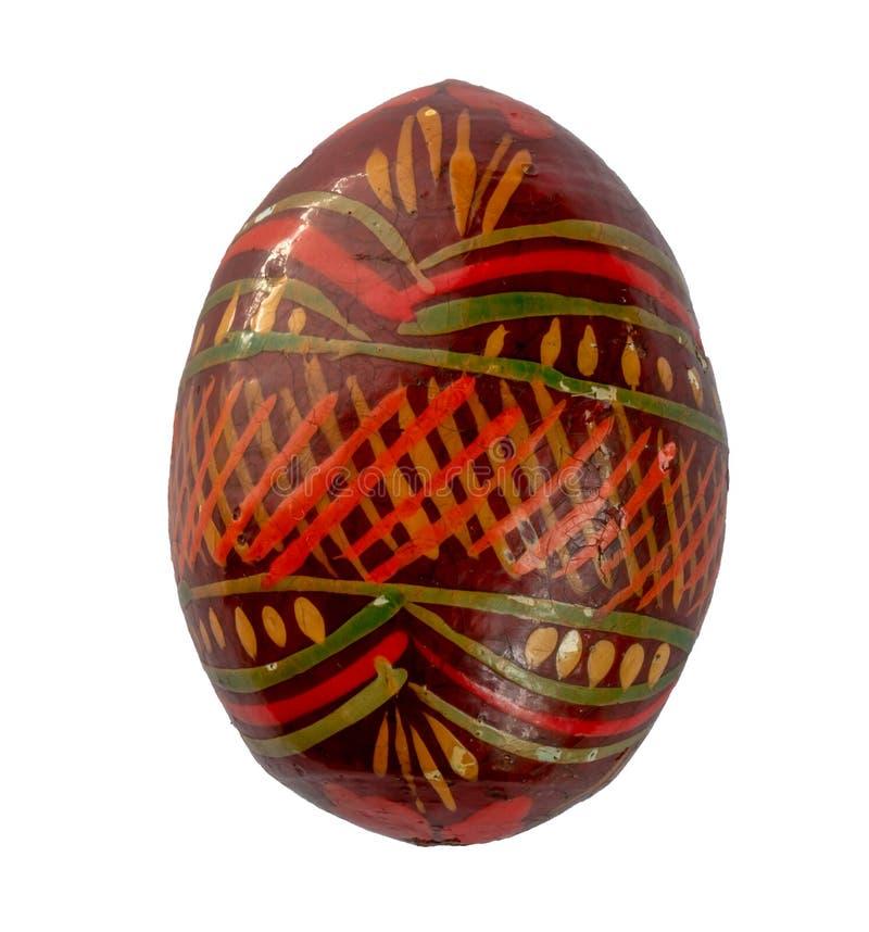 huevo de Pascua de madera viejo, pintado a mano con las pinturas acrílicas sobre un fondo blanco fotos de archivo libres de regalías