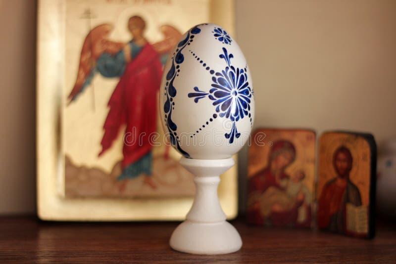 Huevo de Pascua pintado a mano en color azul imagen de archivo libre de regalías