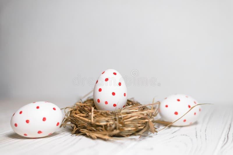 Huevo de Pascua pintado tres en un fondo blanco fotografía de archivo