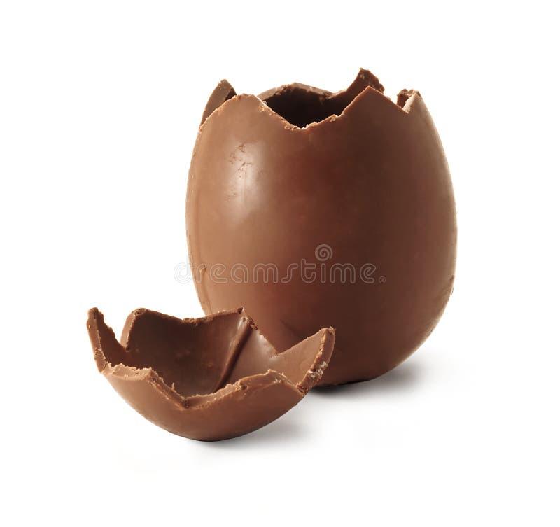 Huevo de Pascua quebrado del chocolate fotografía de archivo