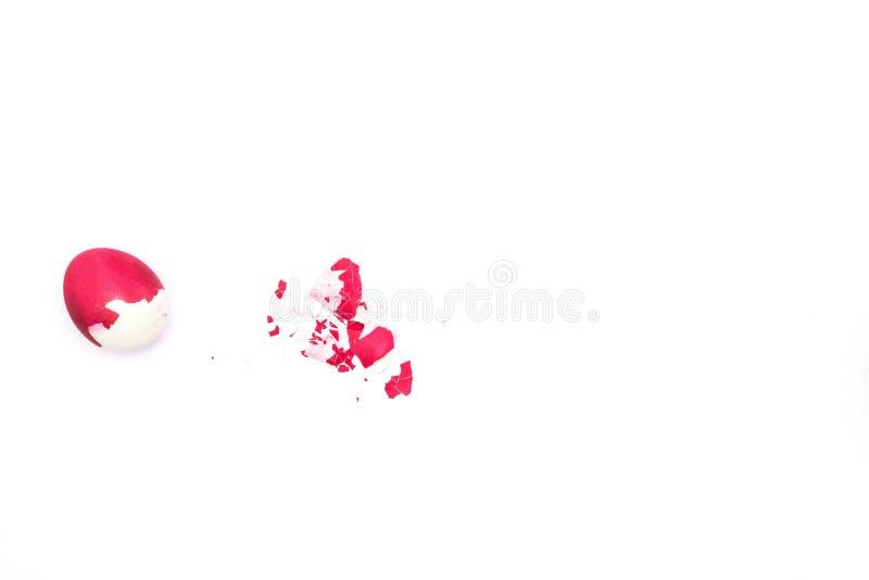 Huevo de Pascua rojo con la cáscara en el concepto blanco del fondo del símbolo de la resurrección y de la sangre de Cristo, a imágenes de archivo libres de regalías