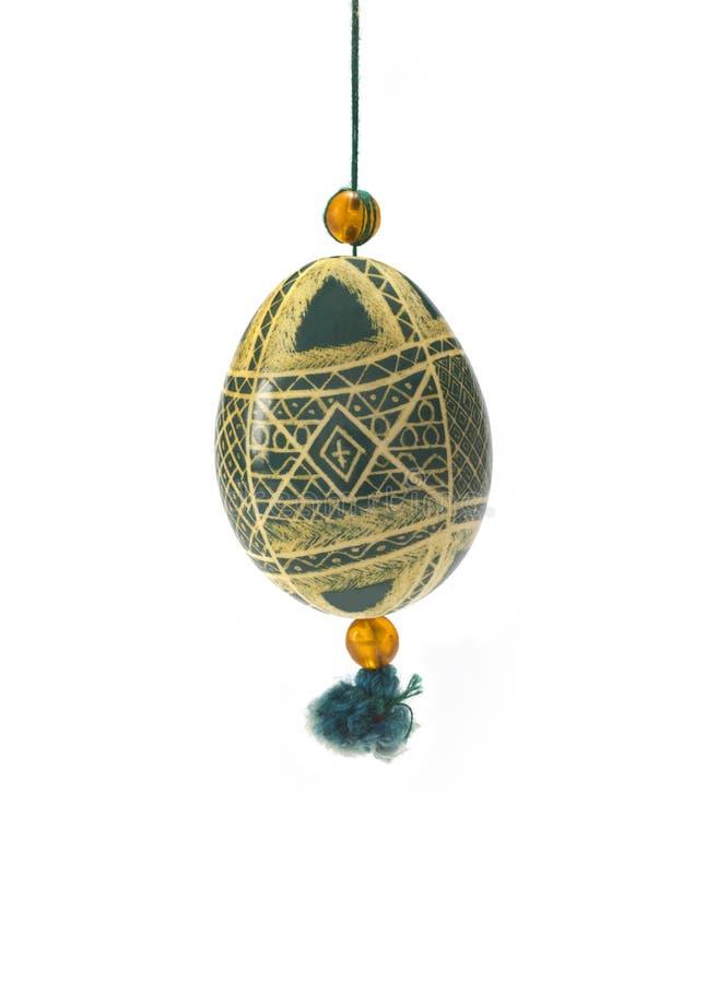 Huevo de Pascua tradicional del color adornado con los modelos hechos a mano, aislados en el fondo blanco ilustración del vector