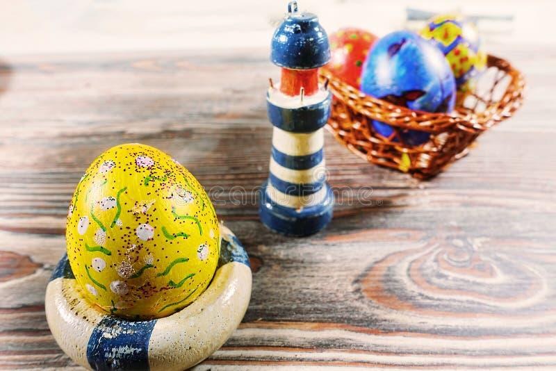 Huevo de Pascua y juguete coloridos del faro imágenes de archivo libres de regalías