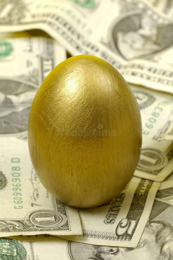 Huevo del oro foto de archivo