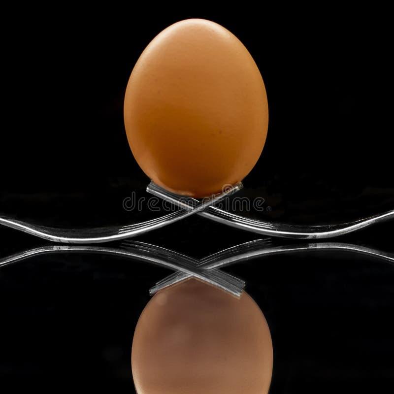 Huevo encima de forkes imagen de archivo