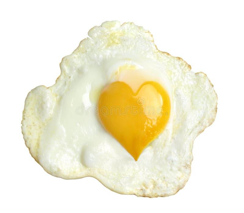 Huevo frito con la yema de huevo de la forma del corazón, imagen de archivo libre de regalías
